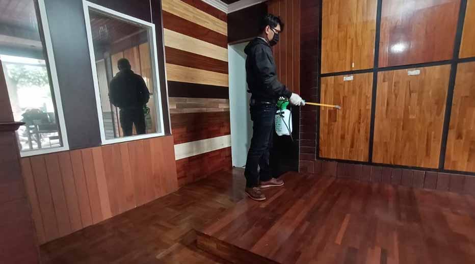 sterilisasi showroom lantai kayu