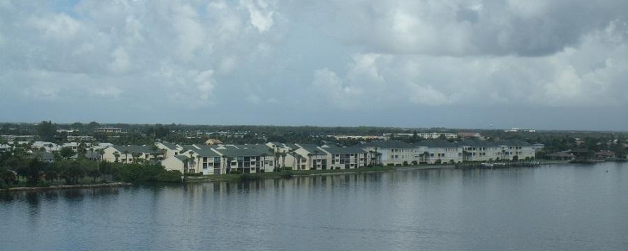 Viviendas a orillas del río