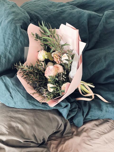 bridal bouquet image via unsplash.com