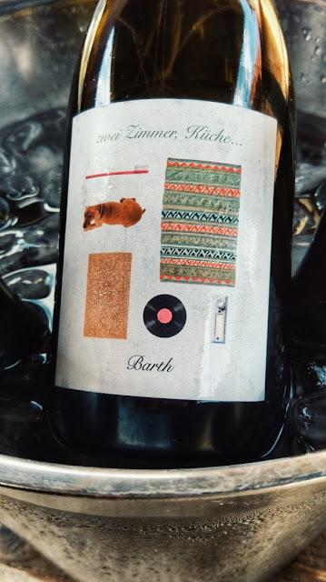 """Der Naturwein """"Zwei Zimmer, Küche, Barth"""" aus dem Weingut Christopher Barth in Rheinhessen."""