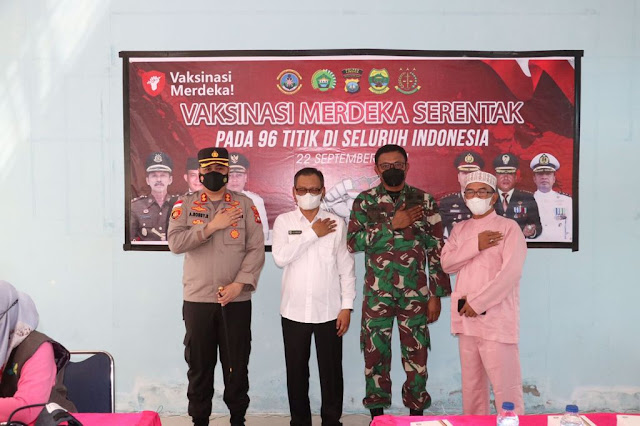 Kapolres bersama Sekdakab Lingga Tinjau Vaksinasi Merdeka Serentak di SMKN 1 Dabo Singkep