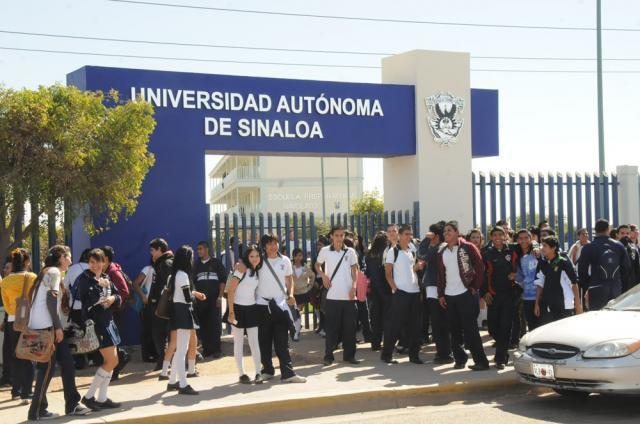 Sujetos armados intimidan a empleados de una prepa en Sinaloa para que aprueben a un alumno