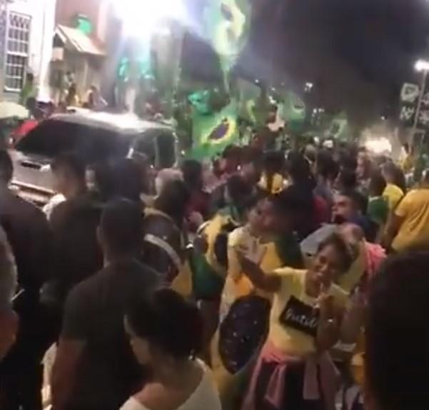 População se reúne para comemorar vitória de Jair Bolsonaro no centro de São Pedro da Aldeia