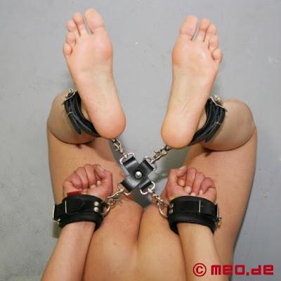 selfbondage hog tie assistent.jpg - Vom 20.12. bis 26.12 - Weihnachtsurlaub -