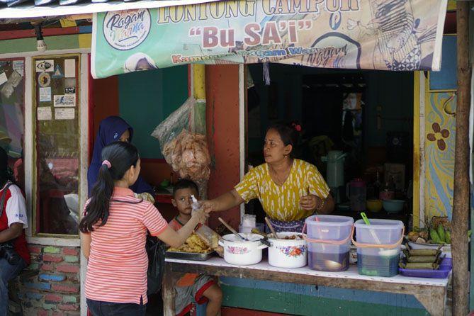 Berkat kunjungan wisatawan, banyak warga yang berdagang