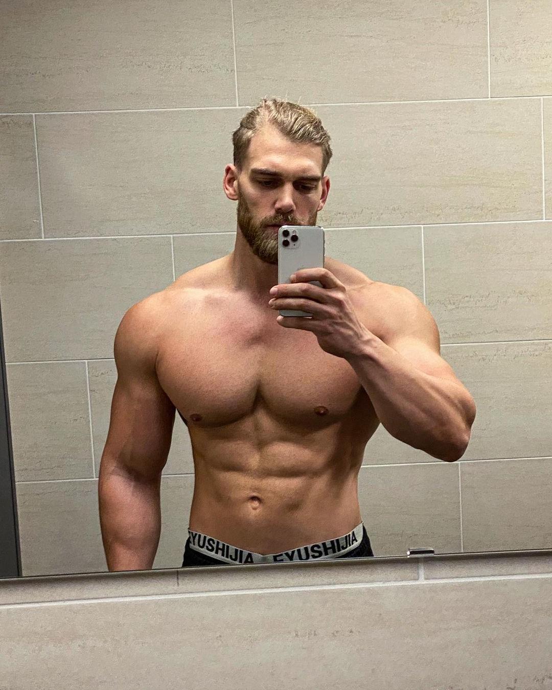 hot-russian-blond-men-fit-muscular-shirtless-bearded-hunk-selfie