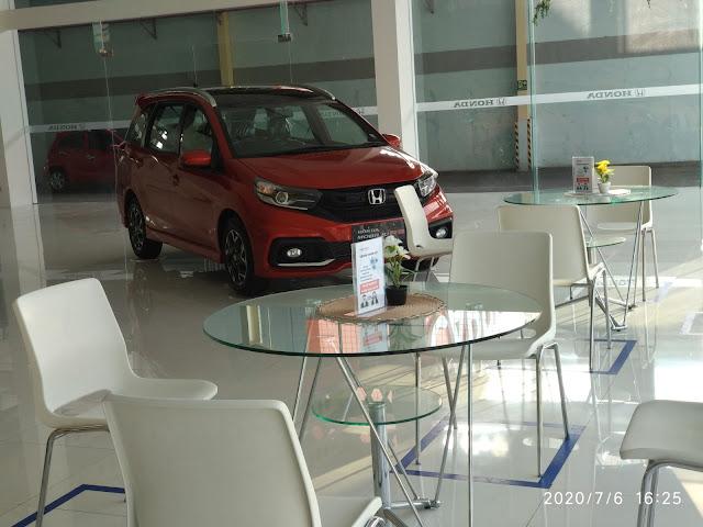Sebuah Mobil Honda Mobilio Di Pajang Di Dealer Mobil Honda