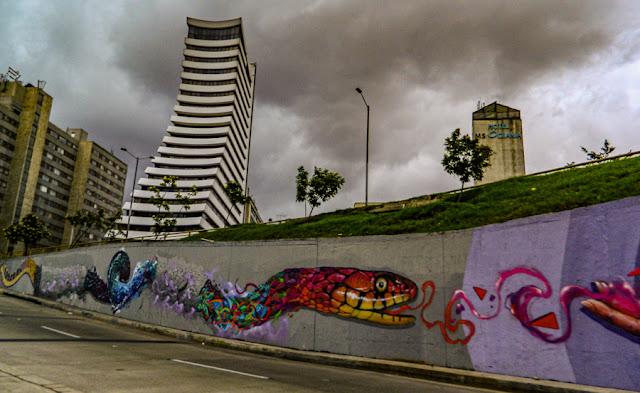 Grafites em uma avenida de Bogotá, Colômbia