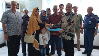 Athub Singapura Serahkan Asuransi Pada Keluarga  Pelaut Yang Meninggal