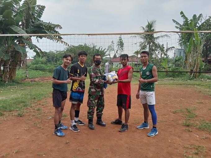 Jelang Penutupan, Satgas TMMD Berikan Alat Olahraga Kepada Pemuda Kp. Panggulan