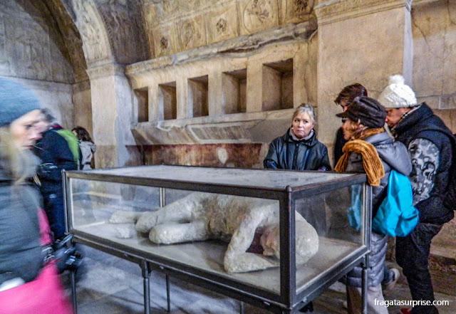 Uma das vítimas do Vesúvio repousa em uma das salas das Termas de Estábia
