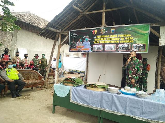"""Mojokerto, - Jajaran TNI di Jawa Timur, kembali menggulirkan program renovasi rumah tinggal layak huni, kerja sama Kodam V/Brawijaya dan Pemrov Jatim. Sasaran program Rutilahu ini yakni warga yang memiliki rumah tinggal yang belum layak huni.   Di wilayah Kodim 0815/Mojokerto, program Rutilahu ini menyasar 300 unit rumah warga yang tersebar di wilayah Kabupaten dan Kota Mojokerto, Jawa Timur.  Kali ini di wilayah Koramil 0815/18 Gondang renovasi Rutilahu mendapat alokasi 20 unit rumah warga yang tersebar di 8 desa.   Pantauan di lapangan hingga hari ini, Rabu (22/07/2020) kegiatan renovasi Rutilahu di wilayah Koramil Gondang masih berlangsung. Salah satunya di wilayah RT 05 RW 02 Dusun Sawahan Desa Pugeran dengan sasaran rumah Ibu Kumaiyah (69), yang sehari-hari bekerja sebagai buruh tani.    Rumah sederhana yang berdiri di atas lahan seluas 5 x 9 meter tersebut, mulai direnovasi sejak Selasa (21/07) pukul 13.00 WIB. Peletakan batu pertama dilakukan Camat Gondang Sugeng Nuryadi, S.IP., didampingi Forpimka (Danramil 0815/18 Gondang Kapten Czi M. Saikhu Anwar dan Kapolsek Gondang AKP Purnomo, A.Md) serta disaksikan Kades Pugeran, M. Arif beserta Perangkat Desa, Koordinator Relawan PPNI Abah Aim, Anggota Saka Wira Kartika Koramil Gondang  dan warga setempat.  Danramil 0815/18 Gondang Kapten Czi M. Saikhu Anwar, saat dikonfirmasi mengungkapkan, pihaknya bersama Forpimka bersinergi untuk mewujudkan Program Rutilahu, kerja sama Pemerintah Provinsi Jawa Timur dan Kodam V/Brawijaya, guna meningkatkan kesejahteraan masyarakat khususnya warga yang rumahnya belum layak huni.   Masih kata Perwira yang sebelumnya menjabat Pasipers Kodim 0815/Mojokerto ini, renovasi 20 unit rumah ini ditargetkan dalam waktu dua bulan setengah sudah rampung atau sekitar bulan September.  """"Saat ini ada 5 unit rumah yang pengerjaannya sudah mencapai kisaran 60 persen, sebanyak 5 unit, yakni di Desa Centong 3 unit dan 2 unit di Desa Kalikatir.  Danramil berharap, melalui Rutilahu dapat memberikan man"""