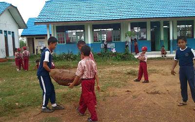 Membersihkan Lingkungan Sekolah Menjelang Libur Semester