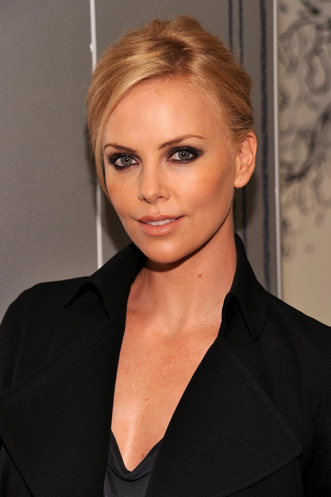 Charlize Theron In Versace For British Vogue: Charlize Theron Pictures Gallery (13)