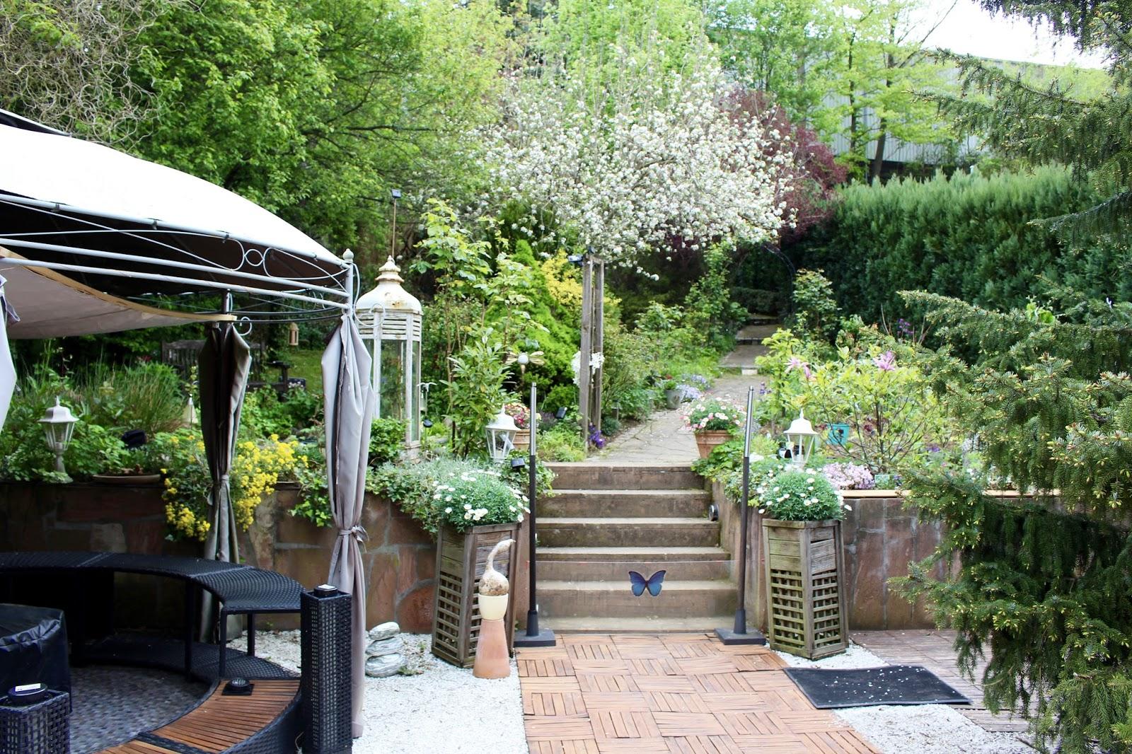Unsere Terrasse am Haus mit Pavillon und Blick in den mittleren Teil des Gartens