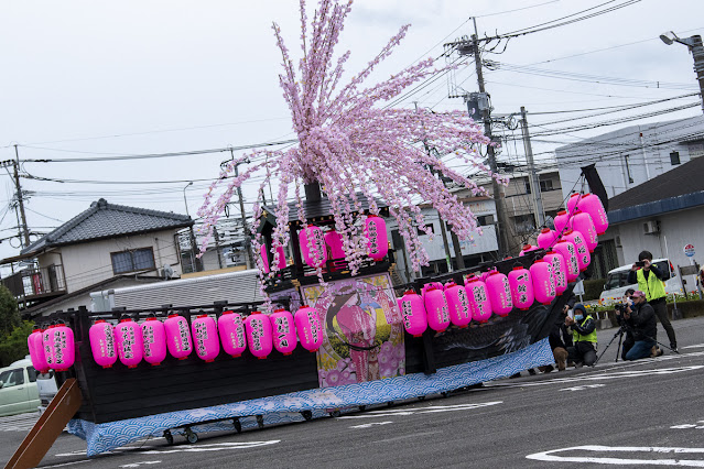 祭りの山車(だし)。沢山の赤い提灯が飾られている