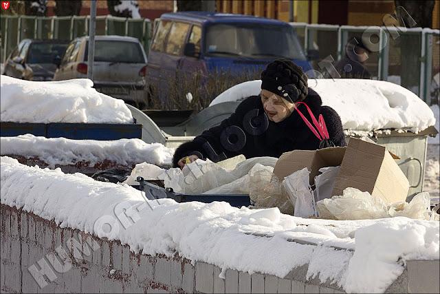 Минск. Беларусь. Социально-ориентированное государство... Старуха выхватывала еду прямо из мусорки и жадно поглощала