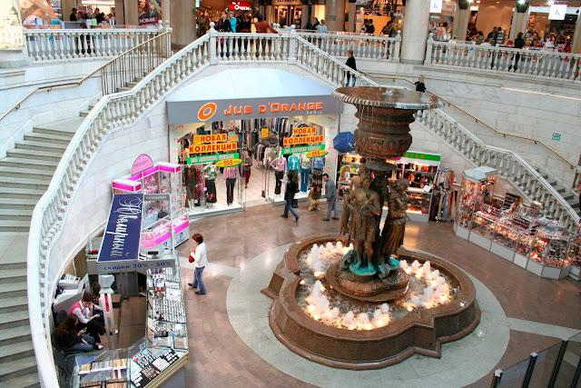 Nằm trong lòng thủ đô Maxcova nước Nga, trung tâm mua sắm Okhotny Ryad sẽ là địa điểm du lịch thỏa mãn mọi nhu cầu giải trí của bạn với hơn 100 gian hàng thương mại và các rạp chiếu phim, khu ẩm thực, vui chơi giải trí. Okhotny Ryad Mall là nơi quy tụ của hàng trăm thương hiệu thời trang và mỹ phẩm từ xa xỉ nhất thế giới như Louis Vuitton, Tommy Hillfiger đến Zara hay Yves Rocher.