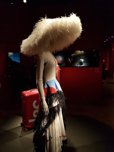 Koché x Nike —Robe artisanale et chapeau en plumes d'autruche blanche. Collection Automne Hiver 2019