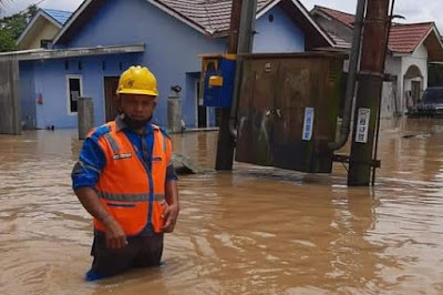 Petugas PLN Amankan Pasokan Listrik Akibat Banjir di Bukit Raya Pekanbaru