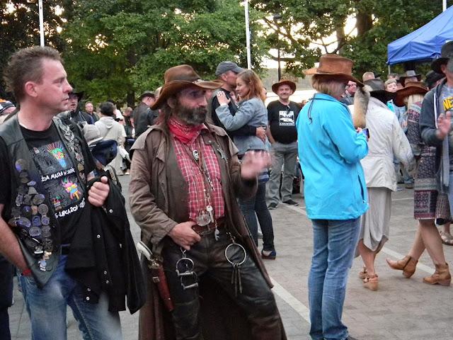 na festiwalu country był również szeryf, który wyglądał jak żywcem wyjęty z miasteczka Dzikiego Zachodu