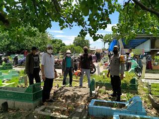 Tidak Hanya Melayat Bhabinkamtibmas Butung Juga Ikut Mengusung Jenazah Warga ke Pemakaman