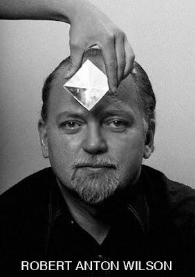 Fotografia de Robert Anton Wilson, também conhecido como RAW, psicólogo e escritor de diversos livros, dentre eles a obra Trilogia Illuminatus!