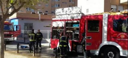 Bomberos extinguen el incendio en una casa de Torrevieja con un matrimonio y un niño de 3 años
