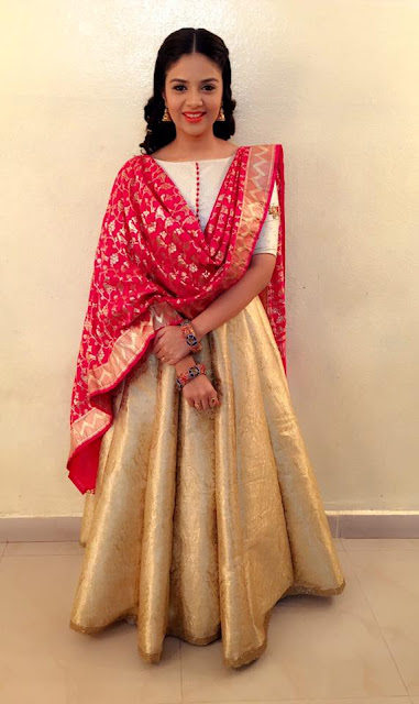 Anchor Sreemukhi in Cream Lehenga Choli at Pataas Dasara Special Episode