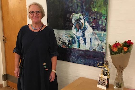 Anne Grete Hvirvelkær ved et af sine malerier