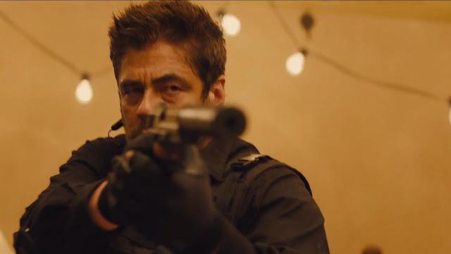 Alejandro sedang menodong senjata