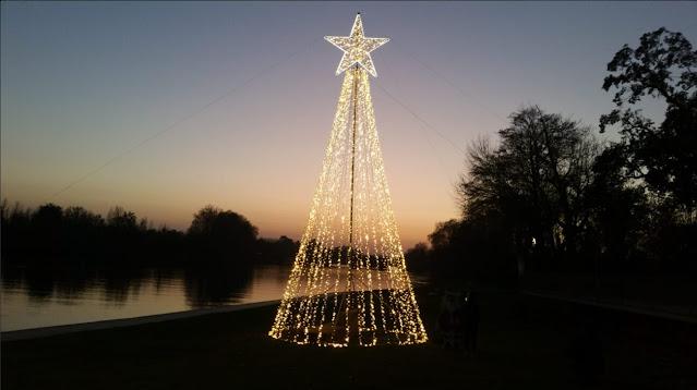Arvore de Natal iluminada na Praia Fluvial do Prado