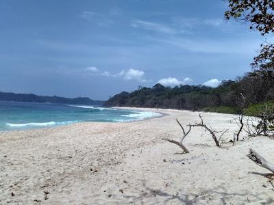 Suasana Pantai Sendiki