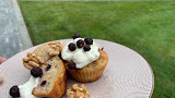 Muffins met gevriesdroogde zwarte bes