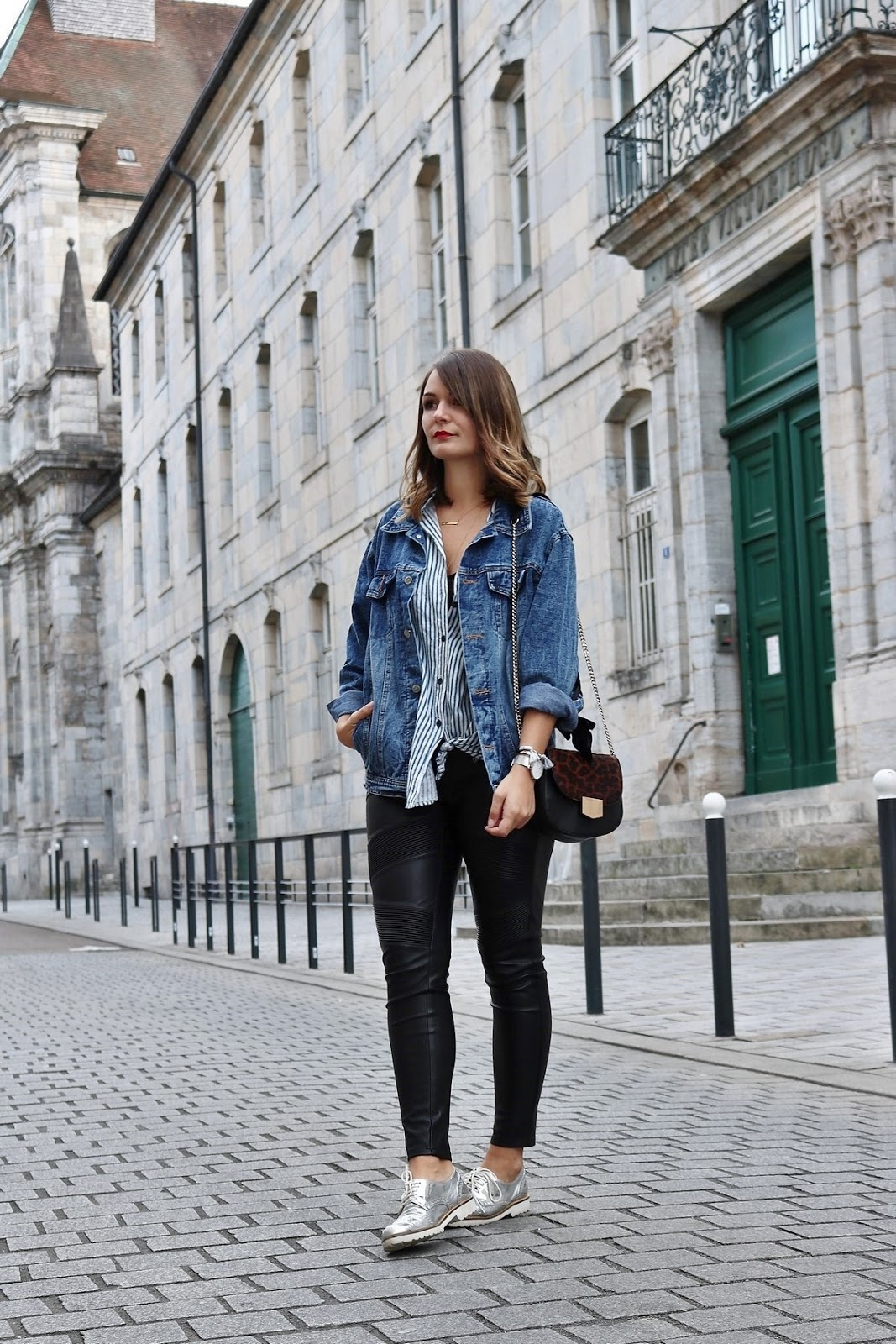 pauline-dress-tenue-look-besancon-veste-denim-lace-up-noir-tregging-chemise-rayee-sac-leo-pied