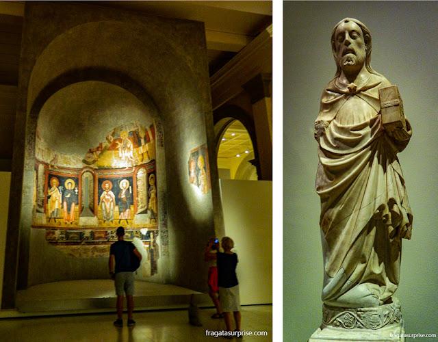 Afresco de uma igreja românica e escultura sacra do Museu Nacional de Arte da Catalunha, em Barcelona