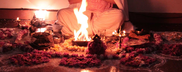 Homa es también conocido como joma o joman es una ceremonia del Ayurveda en donde se hacen ofrendas a un fuego consagrado,