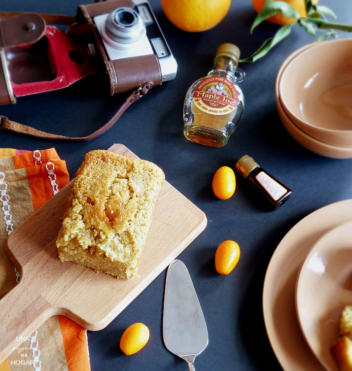 bizcocho sobre tabla de madera, esencia de vainilla, kumkuats, jarabe de arce y cámara antigua Verlisa