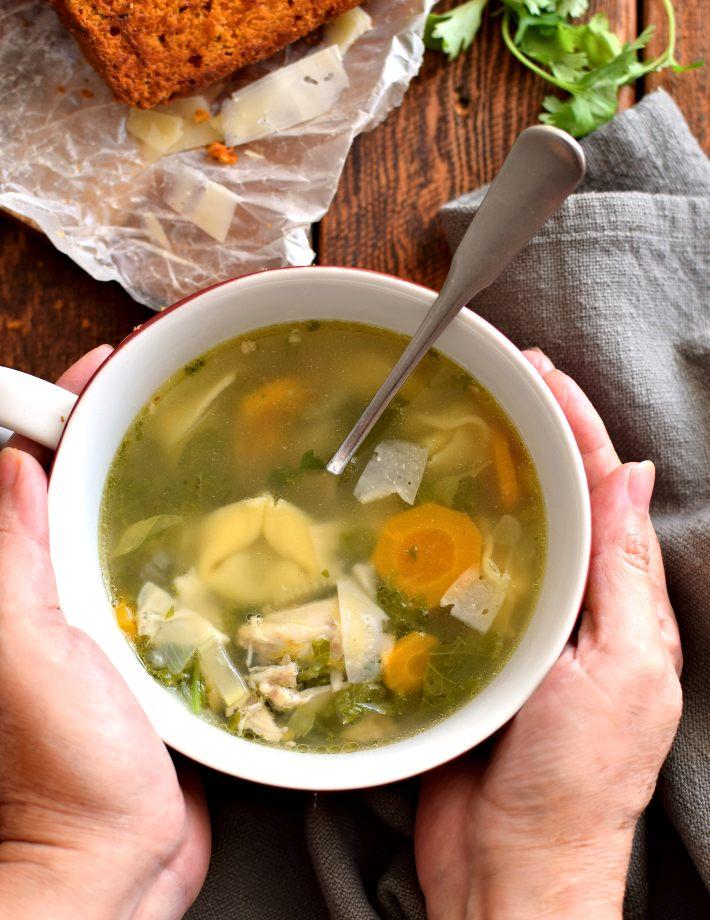 Sopa de pollo con tortellinis servidas en un tazón