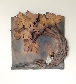Cuadro de cerámica persona leyendo un libro apoyado en árbol