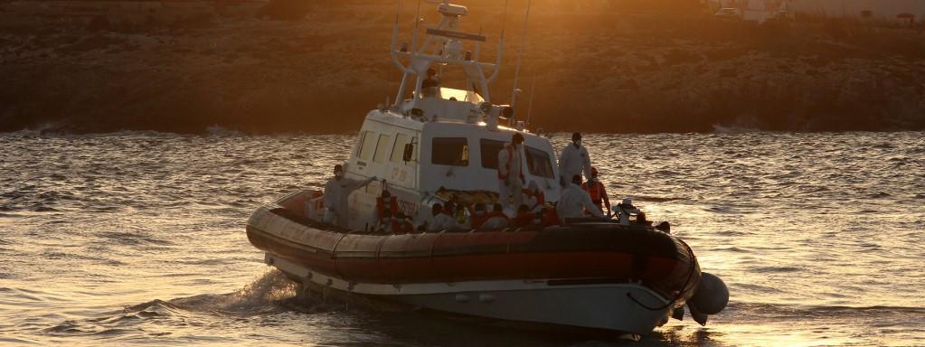 """Crise migratoire : L'Italie évacue 2 400 migrants de Lampedusa vers la Sicile """"Au total, cinq navires ont été mobilisés"""""""