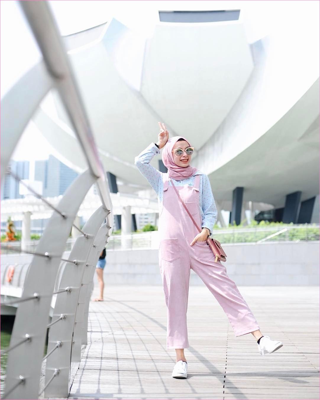 Mix And Match Outfit Baju Luaran (Inner) 2018 Ala Selebgram overall jumpsuit baju kodok baby pink segiempat hijab square pink pastel kacamata blouse kemeja biru muda pastel kets sneakers putih kaos kaki hitam jam tangan slingbags ootd