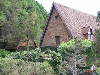Parede de pedra, com pedra moledo, na cor de pedra avermelhado, na construção de chalé de pedra, com execução do paisagismo em condomínio em Atibaia-SP.