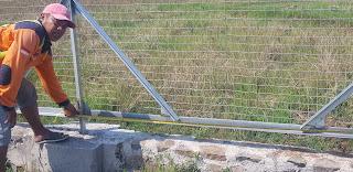 mengukur pagar kawat harmonika