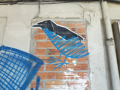 """ergänzter"" Rabe - kaputtes Paste-Up wurde ergänzt | San Sebastian, Spanien"