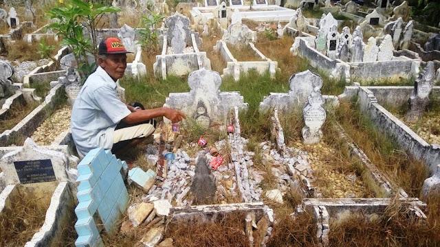 Puluhan Batu Nisan Kuburan Porak-Poranda Di Brandan