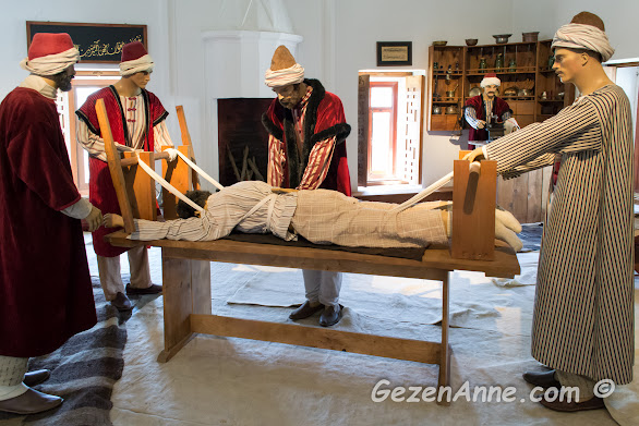 Sultan II. Bayezid Külleyisi'nin medrese bölümünde bir hastayı tedavi eden öğrenciler canlandırması, Edirne