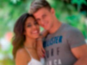 Imagem de um casal feliz após uso do motumbo
