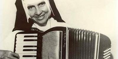 imagem de Irmã Dulce tocando sanfona