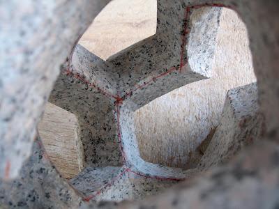 くり抜く部分もサイズを測り幾何学の形に